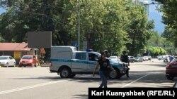 Полицейская машина в районе перестрелки в Алма-Ате 18 июля 2016 года