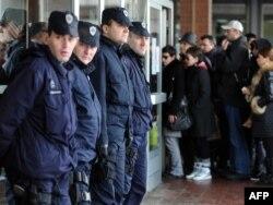 Policija ispred sudnice tokom suđenja za ubistvo Brisa Tatona, 2011.