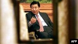 Си Цзиньпин Фуцзянь провинциясының губернаторы кезінде журналистермен сұқбаттасып отыр. Фучжоу, 23 ақпан 2000 жыл