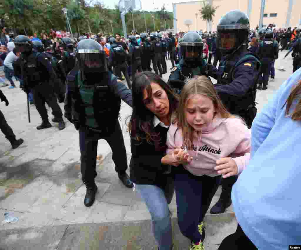Civilna garda sprečava glasanje u mestu Sant Julia de Ramis u Kataloniji.