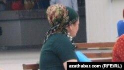 Oturgyçda oturan türkmen zenany