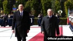 Президент Азербайджана Ильхам Алиев (слева) и президент Казахстана Нурсултан Назарбаев. Баку, 3 апреля 2017 года.