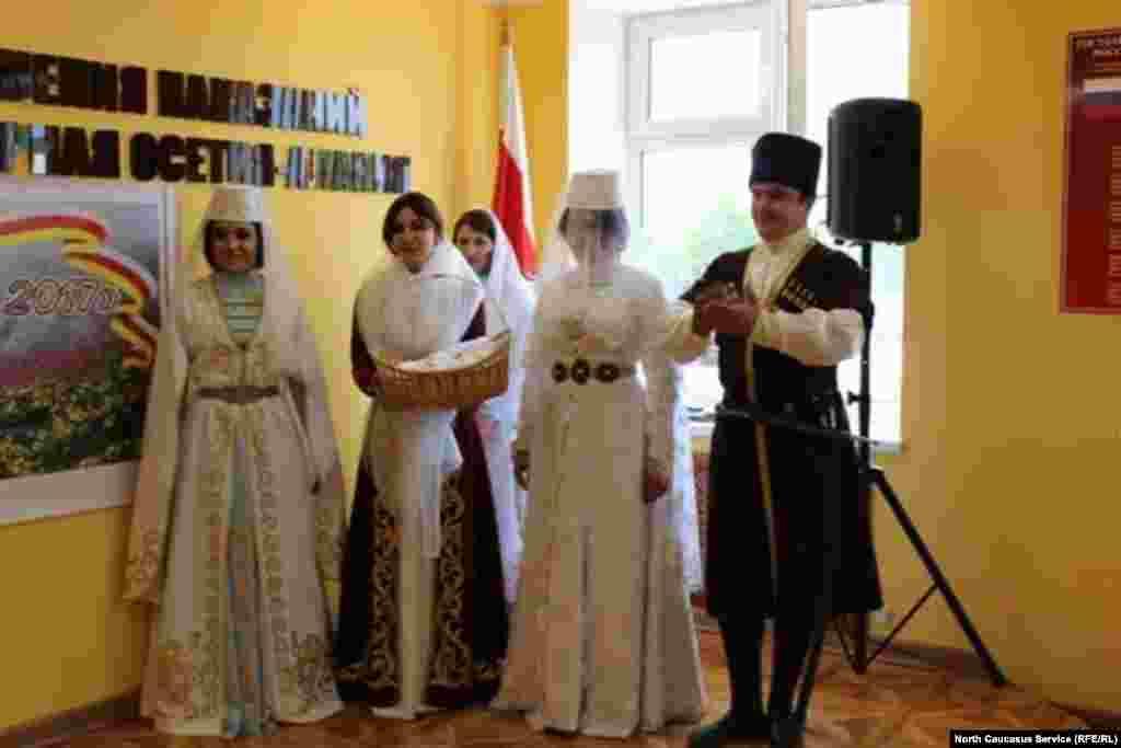 Свои таланты участницы показали и в инсценировке осетинской свадьбы