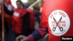 Футболка с эмблемой протестующих против сокращения социальных расходов