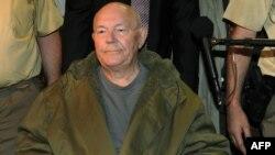 Џон Демјанук го напушта судот во Минхен на 12 мај 2011 година.