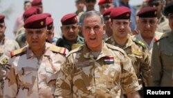 خالد العبیدی (بدون کلاه) وزیر دفاع عراق میگوید «آغاز عملیات برای آزادسازی قیاره به تروریستها بخت نفسکشیدن نخواهد داد».