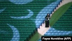 Саудовская Аравия. Женщина присутствует на стадионе в Эр-Риаде по случаю годовщины основания Королевства