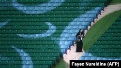 Саудовская Аравия. Женщина присутствует на стадионе в Эр-Риаде по случаю годовщины основания Королевства.