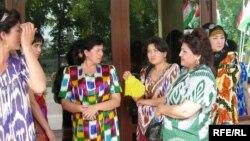 Таджикские женщины в национальной одежде из атласа.