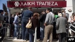 Редица на луѓе пред кипарска банка