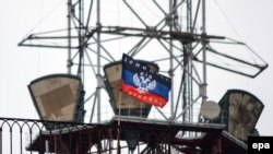 """Флаг так называемой """"Донецкой народной республики"""". В западном интернет-пространстве его высоко держат тысячи скоординированных комментаторов"""