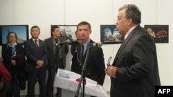 Посол России в Турции Андрей Карлов (справа) выступает на фотовыставке в Анкаре. 19 декабря 2016 года.