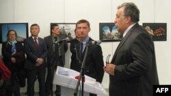 Посол России Андрей Карлов на выставке в Анкаре.