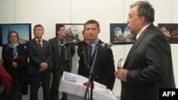 Посол Кыргызстана Ибрагим Жунусов (слева второй) и посол России Андрей Карлов во время выступления.