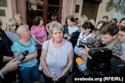 Тацяна Канеўская (у цэнтры) сярод удзельніц руху «Маці 328» пасьля сустрэчы з прадстаўнікамі адміністрацыі Лукашэнкі 2 траўня