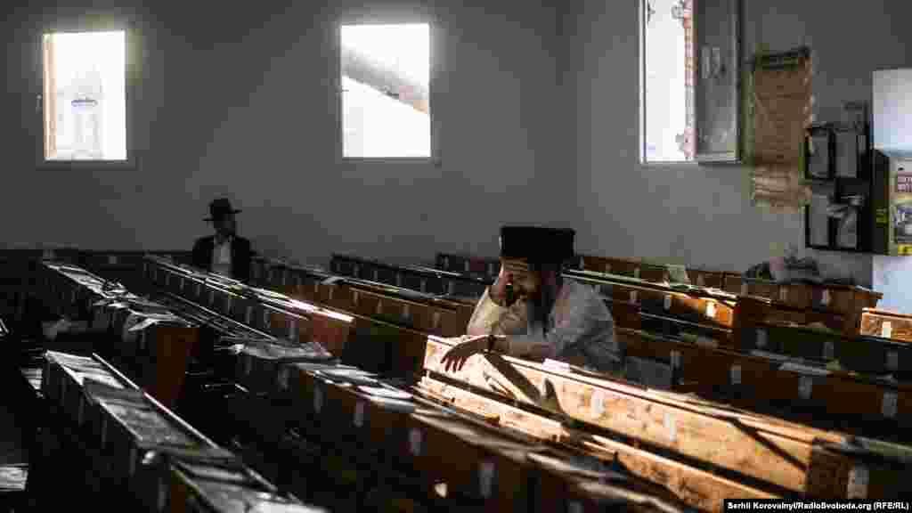 Перед службой в синагоге достаточно пусто, но через полчаса здесь все будет заполнено людьми