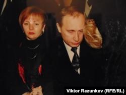 Владимир Путин на похоронах Анатолия Собчака (фото - экспонат Музея становления демократии в современной России)