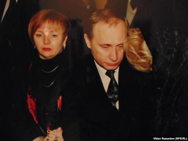 Владимир Путин на похоронах Анатолия Собчака (Экспонат Музея становления демократии в современной России)