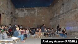 Спектакль «Комьюнити» показали в здании трамвайного депо без крыши. Алматы, 16 сентября 2016 года.