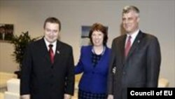 Премиерите на Србија и на Косово, Ивица Дачиќ и Хашим Тачи со шефицата на европската дипломатија Кетрин Ештон во Брисел.