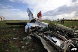 Separatiști pozînd la 14 iulie lîngă resturile unui avion ucrainean AN-26 doborît la Luhansk