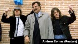 Ангус Янг (слева) и Мальколм Янг (справа) в Испании в 2000 году во время встречи с местным испанским политиком.