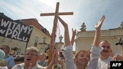 """""""Президентский крест"""" - символ нового раскола между жителями Польши?"""