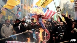 Демонстранти палять американські прапори перед колишнім посольством США в Тегерані, 4 листопада 2013 року