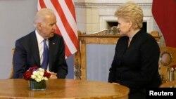Joe Biden gjatë takimit me Dalia Grybauskaite në Vilnius