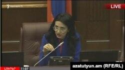 Вице-спикер Национального собрания Армении Арпине Ованнисян во время заседания парламента, Ереван, 8 июня 2017 г.
