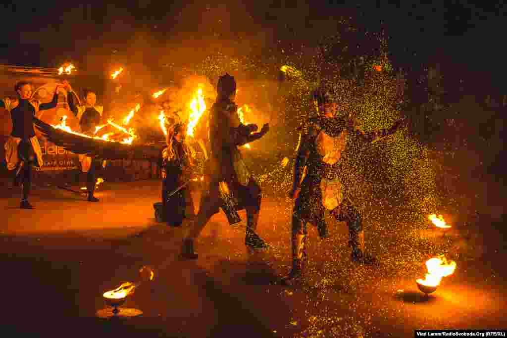 Відбулося заплановане вогняне дійство, яке імітувало сутички активістів із силовиками під час Революції