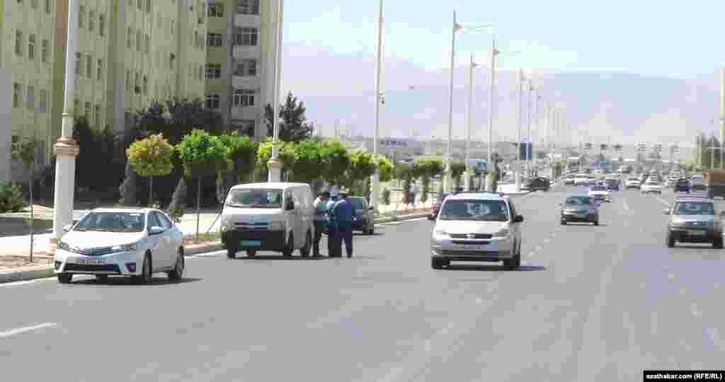 Полиция Ашхабада задерживает автомобили с областными номерами, улица Анкара.
