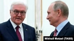 Германия президенті Франк-Вальтер Штайнмайер Ресей президенті Владимир Путинмен кездесіп тұр. Мәскеу, 25 қазан 2017 жыл.