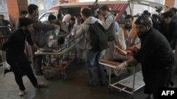 Policët pakistanezë dhe vullnetarët u ndihmojnë personave të plagosur nga sulmi i sotëm vetëvrasës në Shabqadar