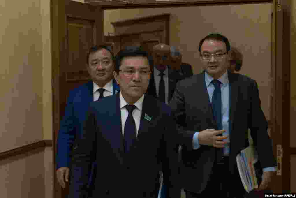 Мәжілістің отырыс залынан шығып келе жатқан депутаттар. Астана, 5 қыркүйек 2018 жыл.