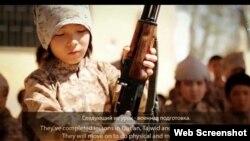 """Интернетте жарияланған, радикалдық """"Ислам мемлекеті"""" ұйымы түсірген """"Қазақстаннан шыққан жиһадшы балалар"""" туралы видеодан скриншот."""
