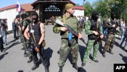 Расмий Киев Украинанын чыгышындагы куралдуу жикчилердин артында Орусия турат деп санайт.