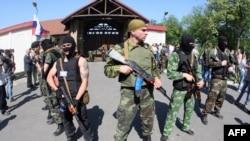 Ուկրաինա -- Զինված ռուսամետները շրջափակել են Ահմետովի առանձնատուն տանող ճանապարհը, Դոնեցկ, 25 մայիսի, 2014թ․