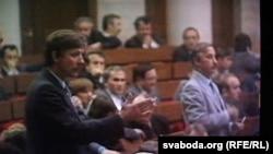 Алесь Шут (зьлева) выступае на сэсіі ВС, 1991 г.