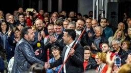 Драган Спасов Дац му дава метла на Зоран Заев на трибината во Карпош