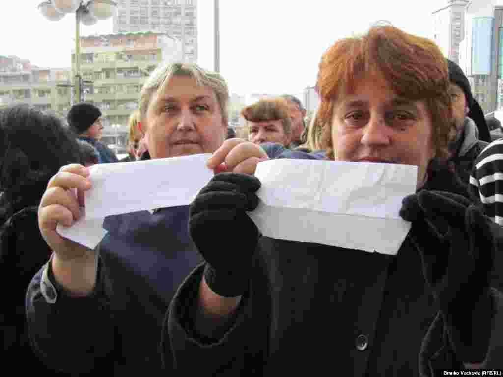 """U Kragujevcu je 880 prekobrojnih radnika fabrike """"Zastava"""", koju je otkupio italijanski automobilski gigant Fiat, štrajkovalo zbog gubitka posla. Foto: Branko Vučković"""