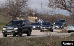 Кортеж VIP-автомобілів біля місця ймовірного захоронення Януковича-молодшого у Севастополі. 23 березня 2015 року