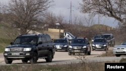 Кортеж VIP-автомобилей у места предполагаемого захоронения Януковича-младшего в Севастополе, 23 марта 2015, REUTERS