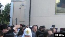 Патріарх Кирило у супроводі охорони біля стін Корецької обителі, 2 серпня 2009 р.