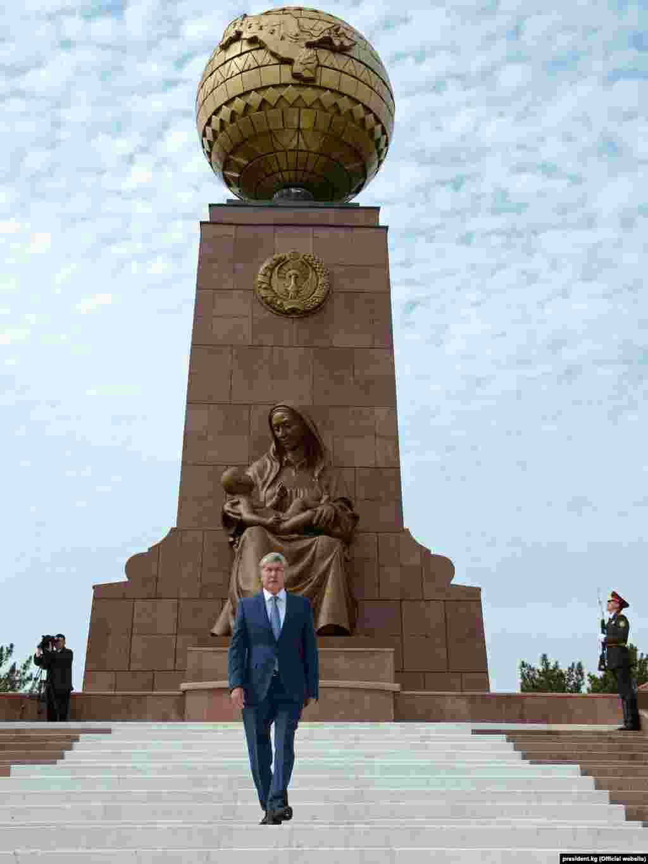 """Алмазбек Атамбаев Ташкенттегі """"Тәуелсіздік және гуманизм"""" ескерткіші алдында."""