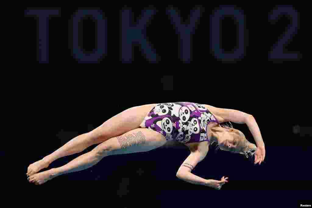 Украинка София Лискун на Олимпиаде в Токио 2020 выполняет прыжок в воду во время предварительного раунда соревнований среди женщин с 10-метровой платформы. Токио, 4 августа 2021