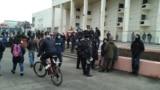 Кілька десятків осіб зібралися на центральній площі в Сімферополі. Цього дня тут повинен був пройти мітинг на підтримку російського опозиціонера Олексія Навального