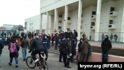 Много силовиков и угрозы задержаний: как в Симферополе пытались митинговать за Навального (фотогалерея)