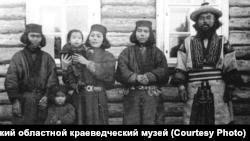 На фото: Чухсамма (2-я слева) с сыном на руках. Багунке (первый справа). Сахалин. 1905 г.