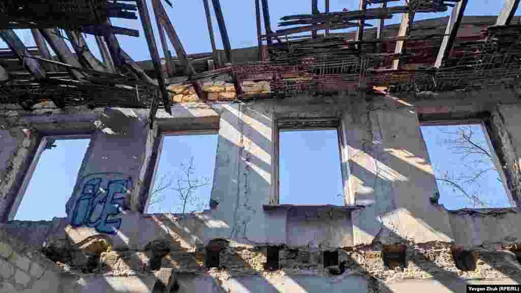 З першого поверху можна побачити небо, як через отвори вікон, так і через напіврозвалений дах